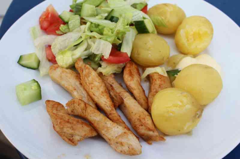 Kyllig, salat og nye kartofler med en klat smør og lidt salt ... det fås ikke meget bedre ;-)