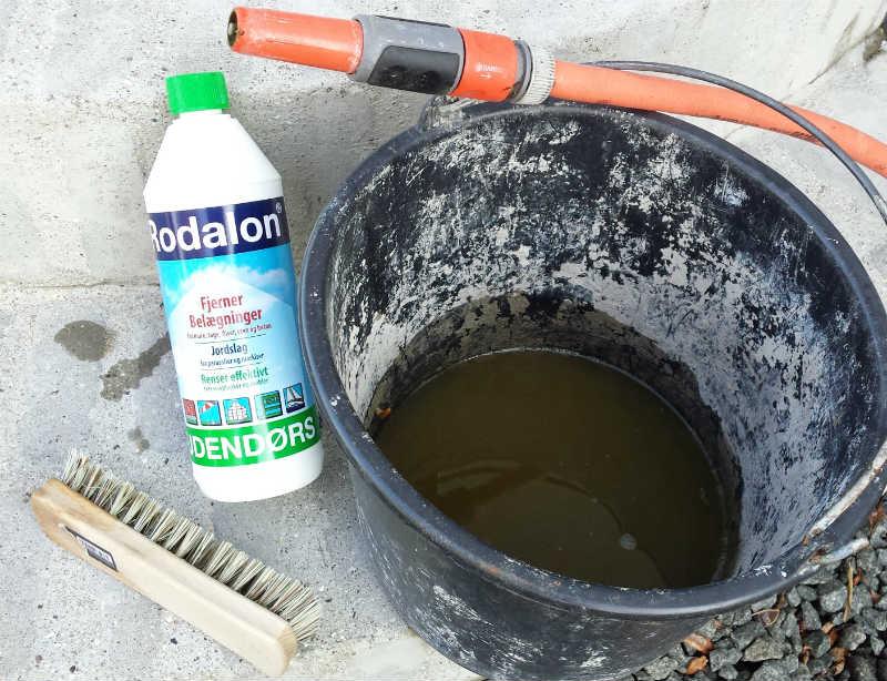 Her er hvad du behøver for at fjerne algevækst fra beton: Rodalon (Udendørs), en skurebørste og vand !