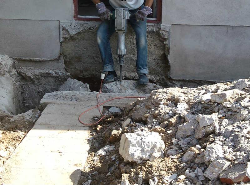 Nedbrydning af betontrappe med Makita nedbrydningshammer
