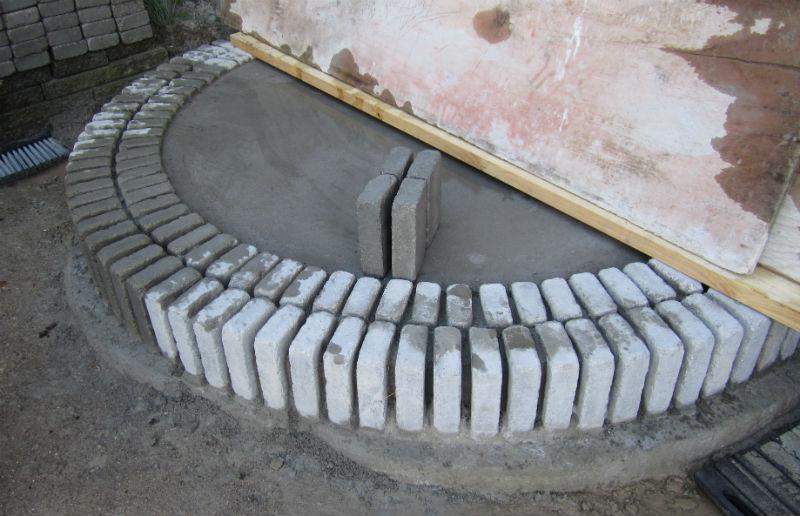 Første trin af trappe af belægningssten