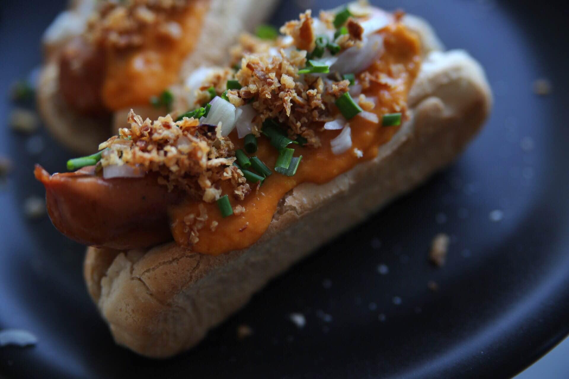 gourmet hotdogs med hjemmelavet karryketchup