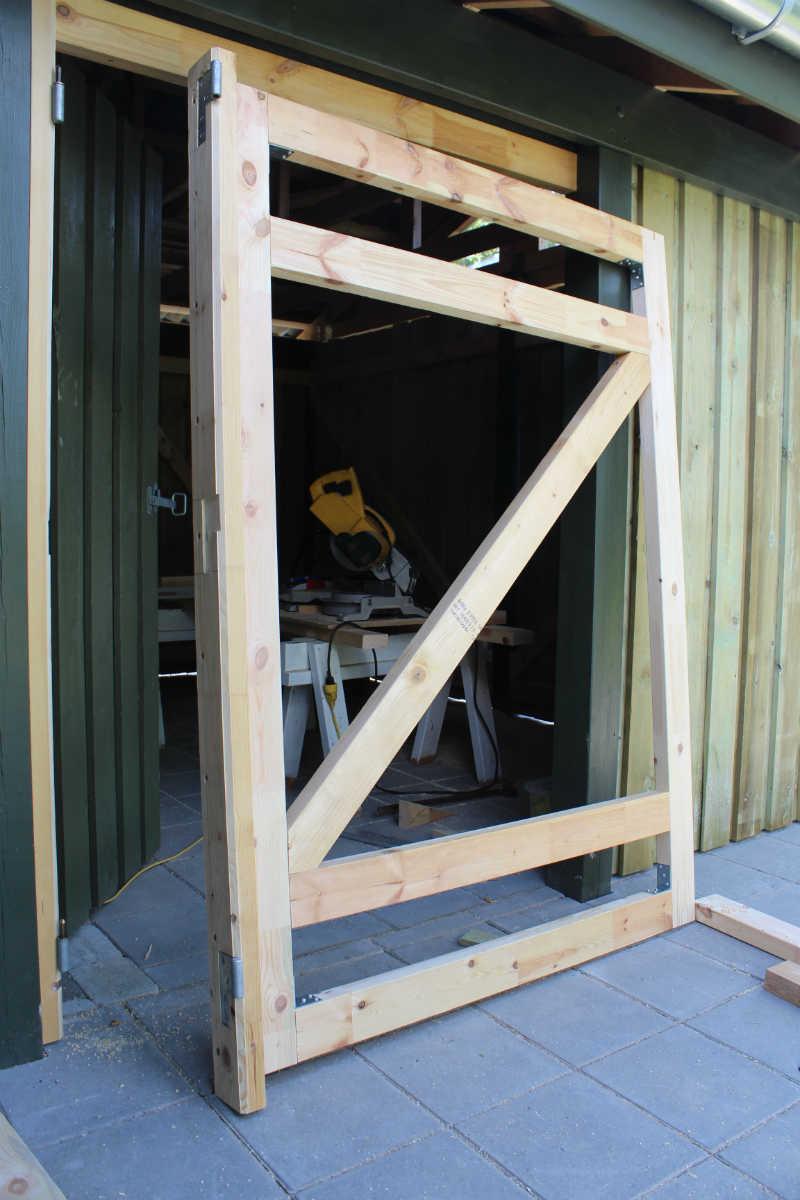 De 2 hængselled er skruet fast på stolpe og dørramme