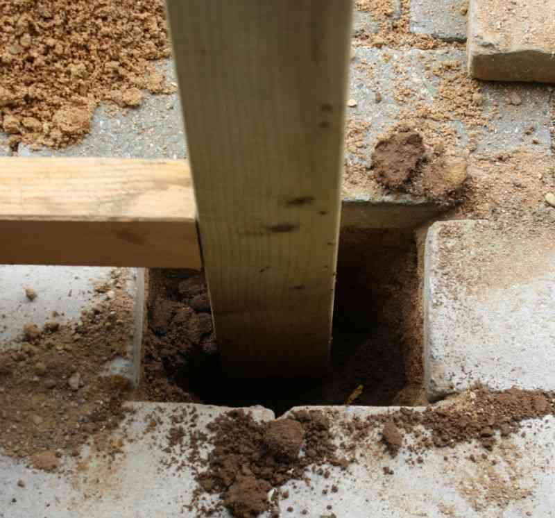 Dørstolpe sættes bare ned i grunden (ingen beton) ved klargøring af dør til skur