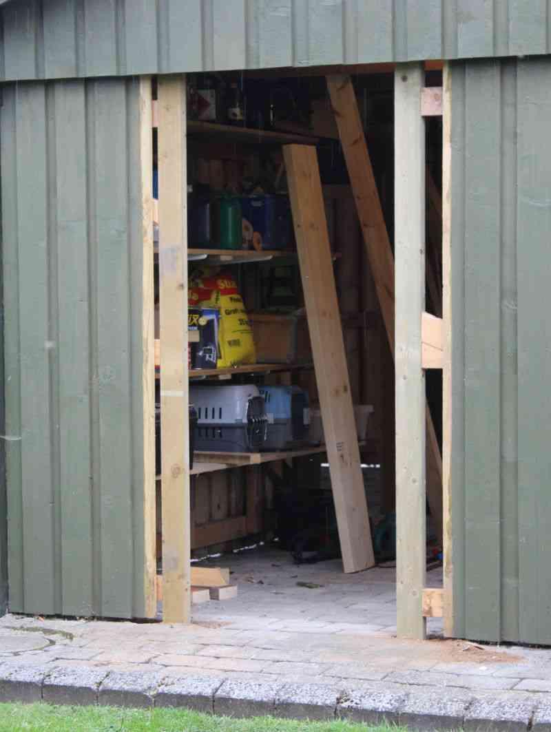 Dørstolper er monteret i hul til dør til skur