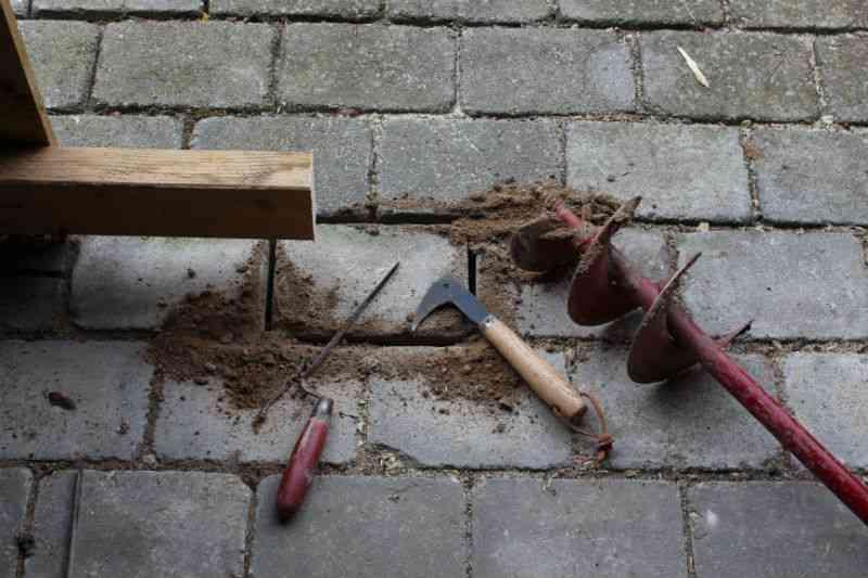 Der skal fjernes en flise eller to for at gøre plads til dør til skur