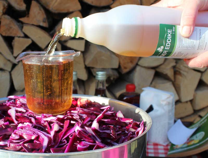 Hjemmelavet rødkål, eddike tilsættes