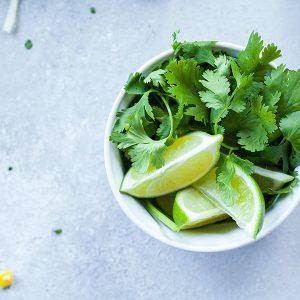 Koriander med lime i skål